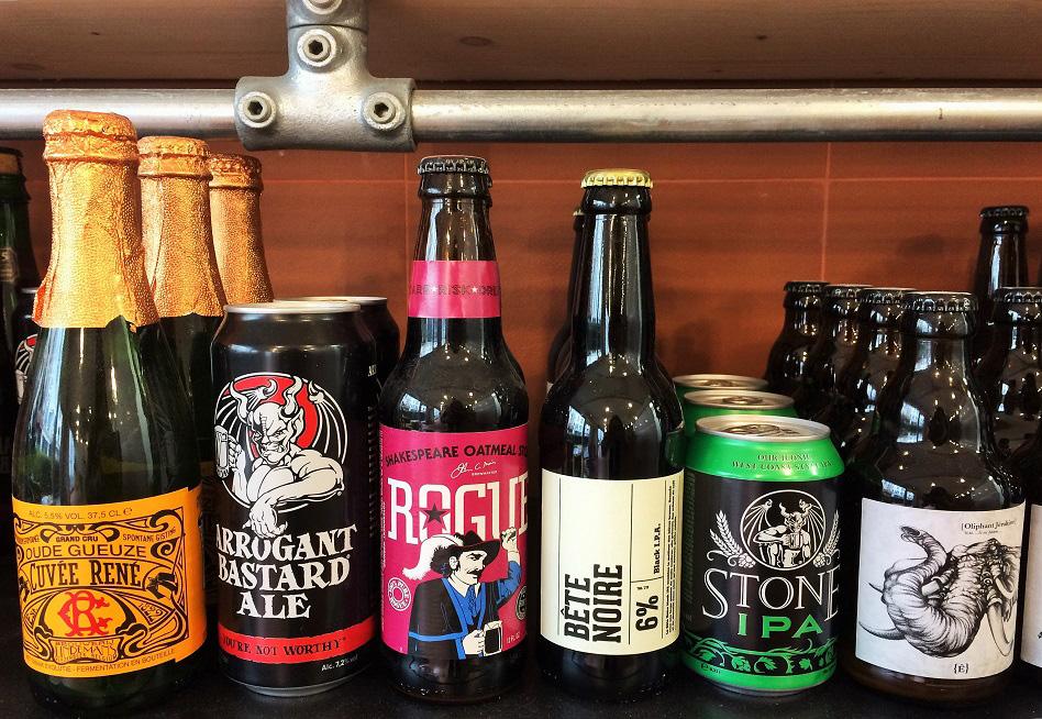 bières artisanales en canettes et bouteilles
