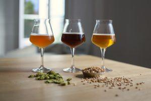 3 bières artisanales, houblons et malt