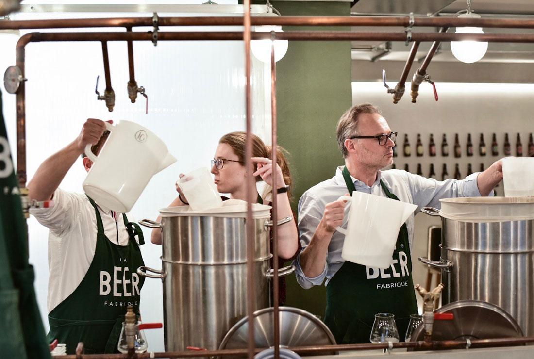 élèves apprenant à brasser de la bière