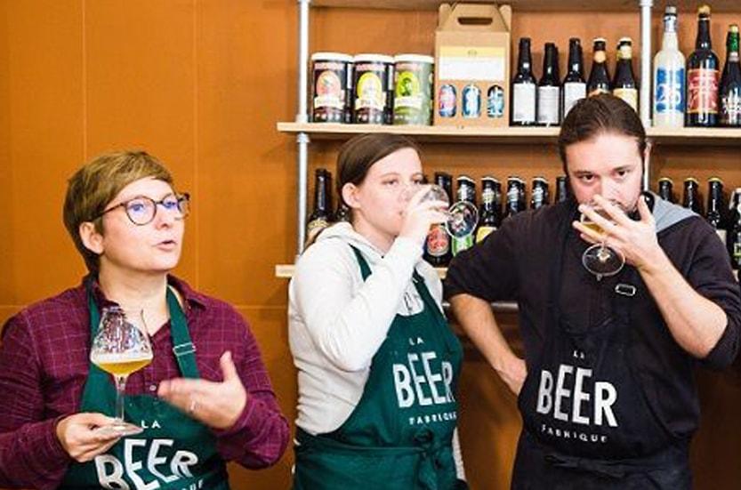 personnes qui dégustent de la bière paris