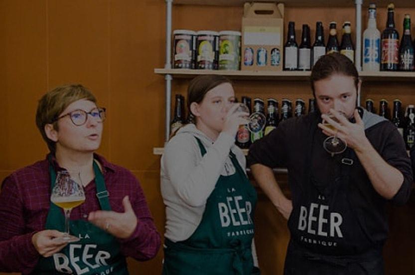 Deux brasseurs amateurs dégustent de la bière dans un atelier de brassage à Paris