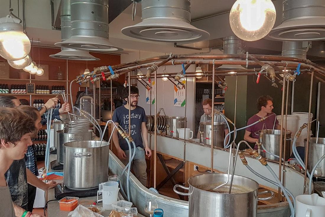 Atelier de brassage en plein effervescence : chacun apprend à créer et à faire ses propres recettes de bières artisanales