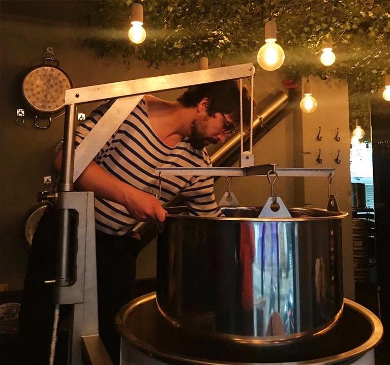 Un élève brasseur en train de brasser de la bière
