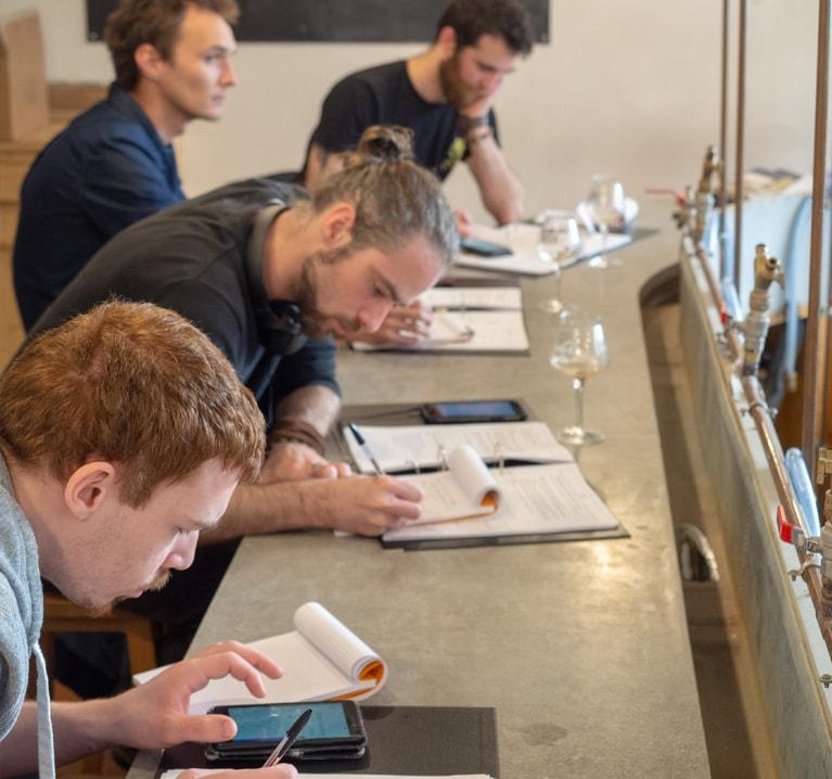 Quatre élève se forment à la gestion financière et administrative d'une micro-brasserie