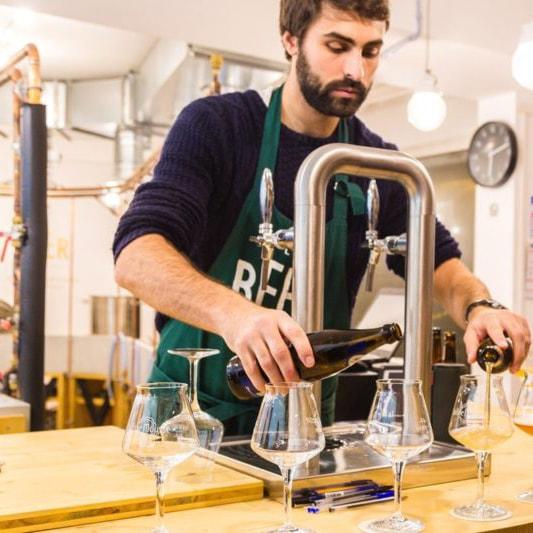 Brasseur entrain de fabriquer sa bière, dans l'atelier de brassage