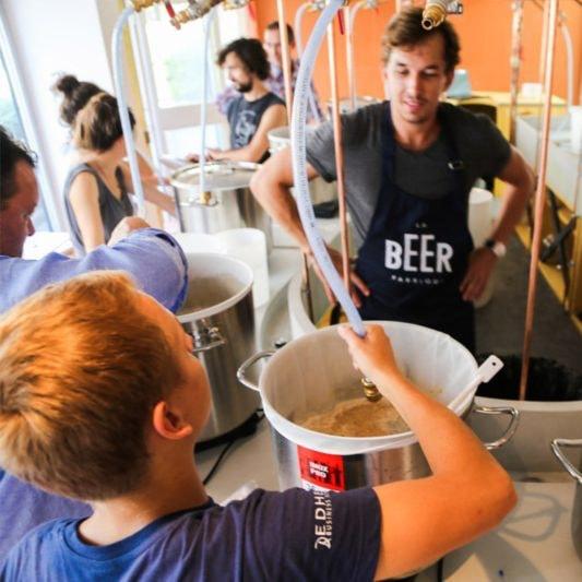 Brasseurs en formation pour apprendre à brasser de la bière