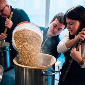 Fabrique de bière lors d'un atelier de brassage
