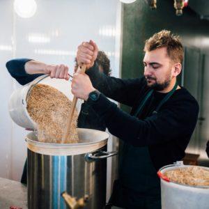 Un brasseur est en train de fabriquer sa bière