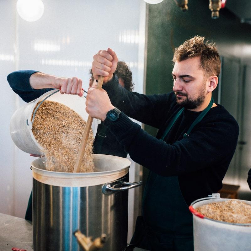 Atelier Maitre Brasseur dans l'atelier La Beer Fabrique
