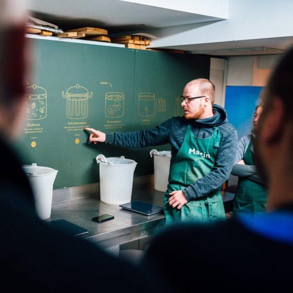 Présentation des étapes de fabrication de bière aux collaborateurs