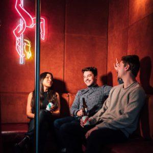Trois personnes dans un bar