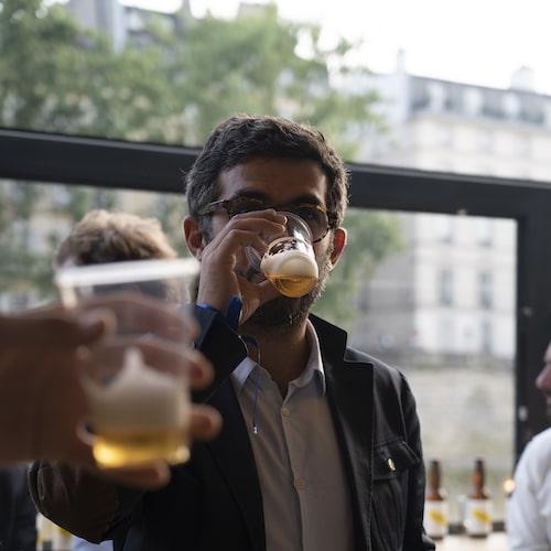 Salarié d'une entreprise qui boit une bière personnalisée