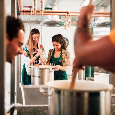 Des stagiaires sont en train de fabriquer leur propre bière